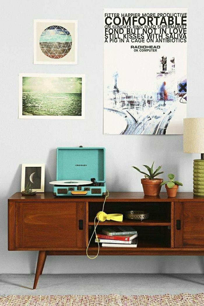 tourne disque vintage crosley sur une console en bois