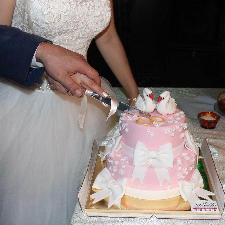Торт от кондитерской Абелло с фигурками лебедей на свадьбе наших любимых клиентов😍  Искусные мастера нашей кондитерской изготовят на Вашу свадьбу нежный торт весом от 2 кг стоимостью 2150 ₽/кг. В стоимость торта включено изготовление одной любой фигурки. Каждая последующая фигурка 1000 ₽.  Расскажите нам о Вашей идее, задумке или тематике праздника, и мы с удовольствием изготовим и доставим роскошный и вкусный #тортик 🎂 для праздничного стол от Кондитерской #Абелло #тортизмастики…