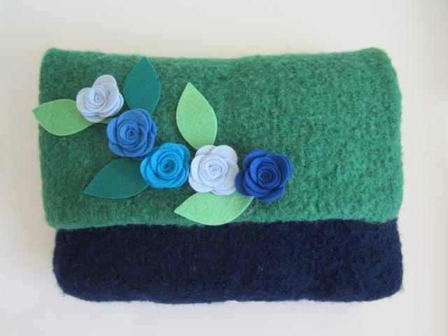 Filz-Clutch Zweifarbig in Blau/Grün, Innenfutter Blau, Rosenblüten mit Blätter aus Designfilz