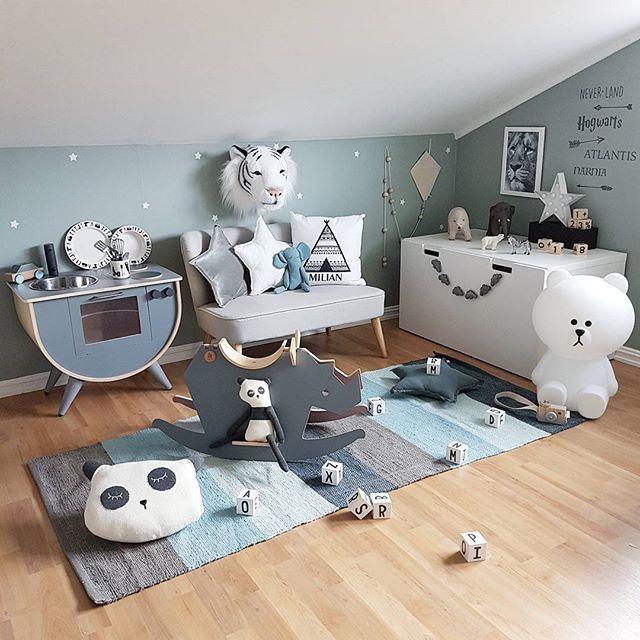☆ B O Y S R O O M ☆ Du finner masse fint fra Sebra Interiør og design letters hos @carmell.no ............................................. #carmell #designletters #tool #sebrainterior #lekekjøkken #teppe #gyngehest #irock #pandapute #panda #sebramoment #sponsoredbysebra @nordicfinedesign.se #nordicfinedesign #wallstickers @babyshopno #kidsconcept #barnesofa #luvi_shell #kidsroom #barnerom #kidsplayroom #boysroom #gutterom #kidsstyle #kinderzimmer #kinderkamer #barnrum #børneværelse…