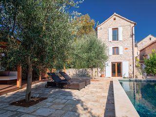 Vackert renoverat stenhus med privat pool, muromgärdad trädgård, utomhus vardagsrum, 7 sovrum
