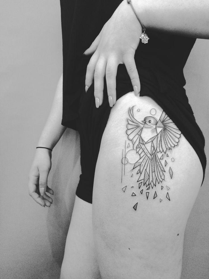 Blackarttattoo geometric bird hip tattoo. Tatuaż na biodrze, geometryczny ptak