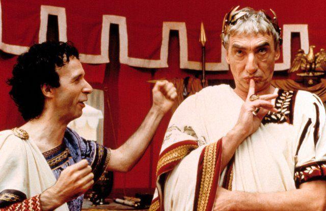 Still of Roberto Benigni and Gottfried John in Astérix & Obélix contre César (1999)