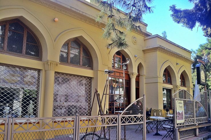 The old entrance of the Ottoman hamam was turned into a beautiful cafe. (Walking Thessaloniki - Route 03, St Sofia)