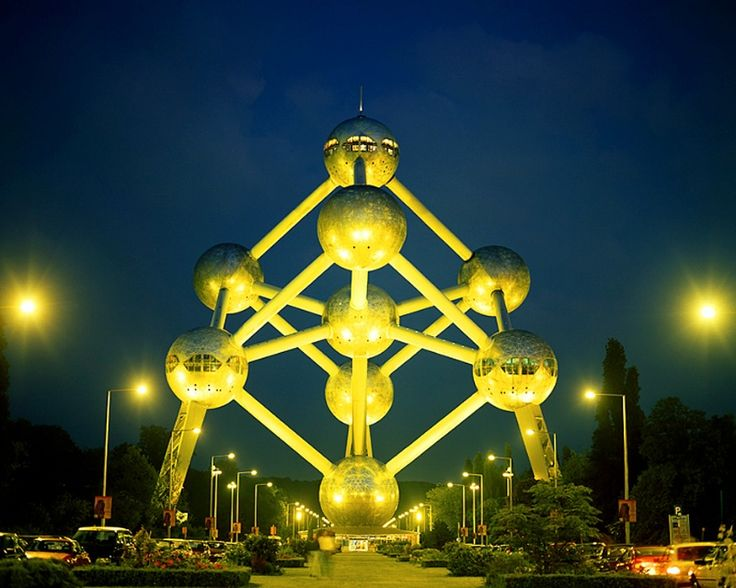 The #Atomium before its renovation.  #bruxelles #brussels #brussel #expo58 #58 #worldfair #architecture #architectuur #fifties #atomic #atomicage #spaceship #tube #sphere #stairs #design #top #art #kunst #landmark #googie #midcenturymodern #midcentury #retro #atom #coninx #restauration #renovation © Jim  Zuckerman