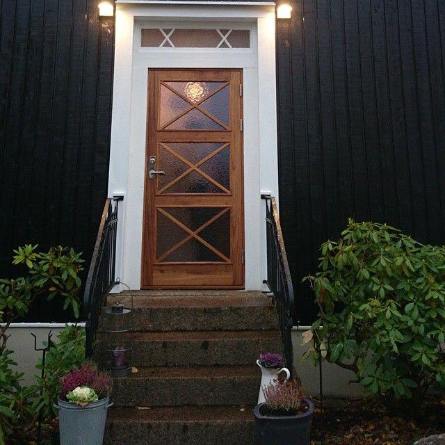 Solid FSC-certified wooden doors from Bovalls Dörrbyggeri. Visit www.bovalls.com for more doors. #woodendoors #freijo #glassdoor #frontdoors #entrancedoors #entranceoldhouse #entredörr #entreäldrehus #trädörrar #dörrmedglas #tredører #ytterdører #ytterdørerheltre #ytterdörr