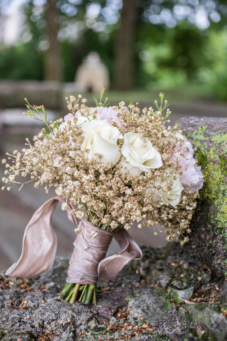 Gold Baby's Breath and Ivory Rose Bouquet | Photo: Star Noir Photography | Bouquet: Melissa Timm Designs