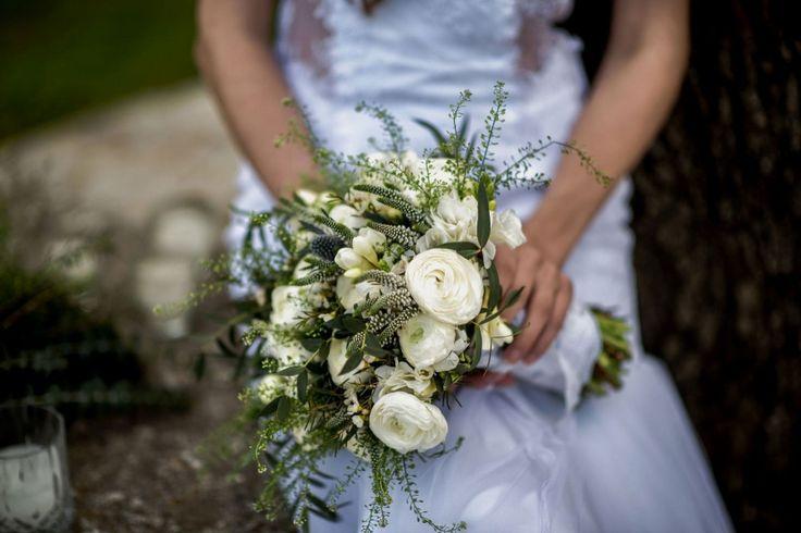 Bridal bouquet : White buttercups, eucalyptus, freesias and eryngium!