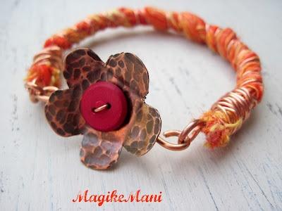 """Ecobracciale """"orange"""" - creato con stoffa riciclata- filo di rame, fiore in lamina di rame, bottoncino rosso"""