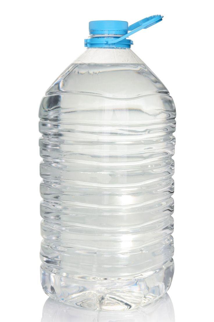 Une grande bouteille d'eau: un système d'arrosage automatique maison