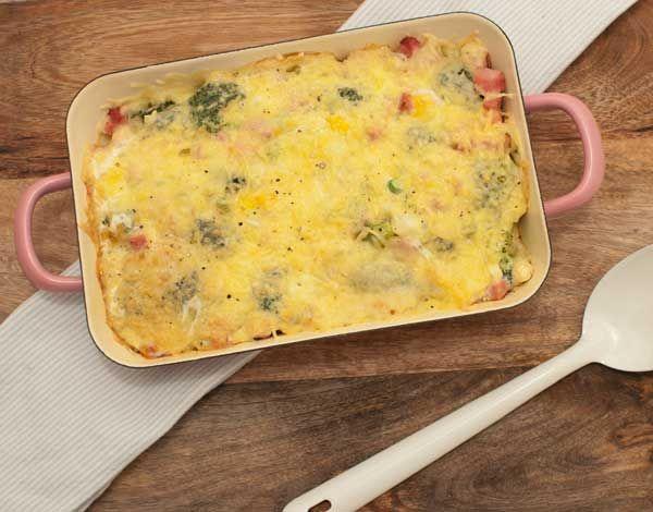Deze koolhydraatvrije ovenschotel met broccoli en ham is lekker, gezond en past perfect in een bikiniproof dieet. Laat die zomer maar komen!