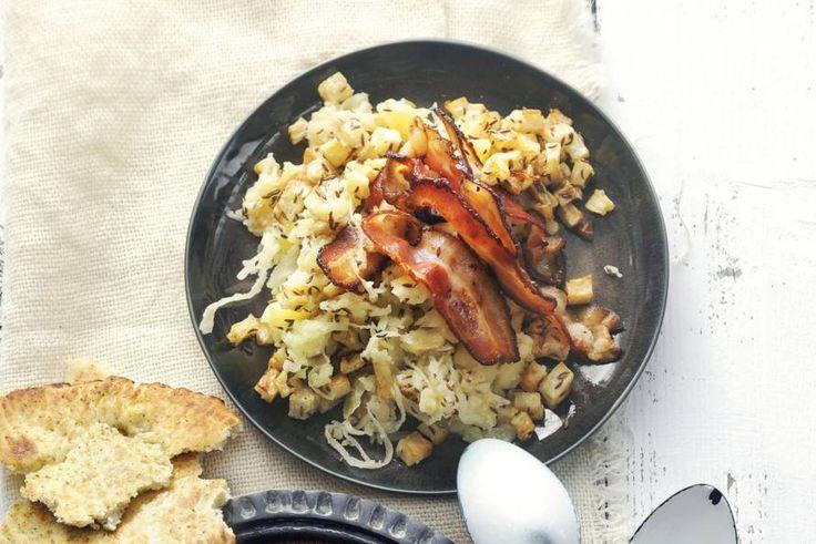 Met seizoensingrediënten knolselderij en zuurkool maak je een robuuste stamppot voor een klein budget - Recept - Allerhande