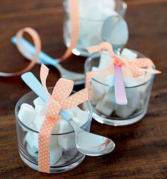 Aqui, potinhos de vidro, daqueles de patê comum, viraram açucareiros simples e delicados, ótimos para adoçar a bebida | tea time | sugar | Foto: Rogério Voltan/Casa e Comida