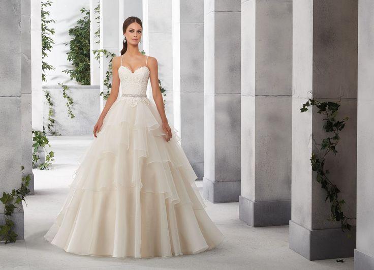 FIONA Romantyczna sukni z koronkowym gorsetem i falbanami Madeline Gardner Nowoczesne falbany z organzy, dodają lekkości, natomiast koronkowy gorset, z …