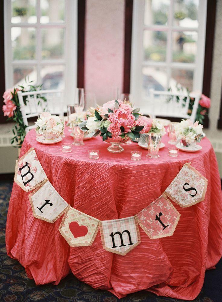 真っ赤なテーブルでみんなの目線は主役の二人に集中!結婚式の高砂おしゃれ一覧♡ウェディング・ブライダルの参考に♡