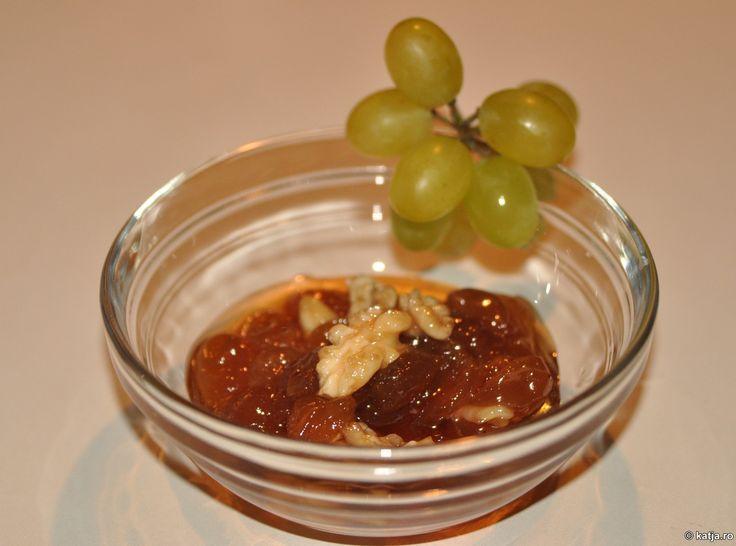 Dulce și tentant: dulceata din struguri albi și nuci