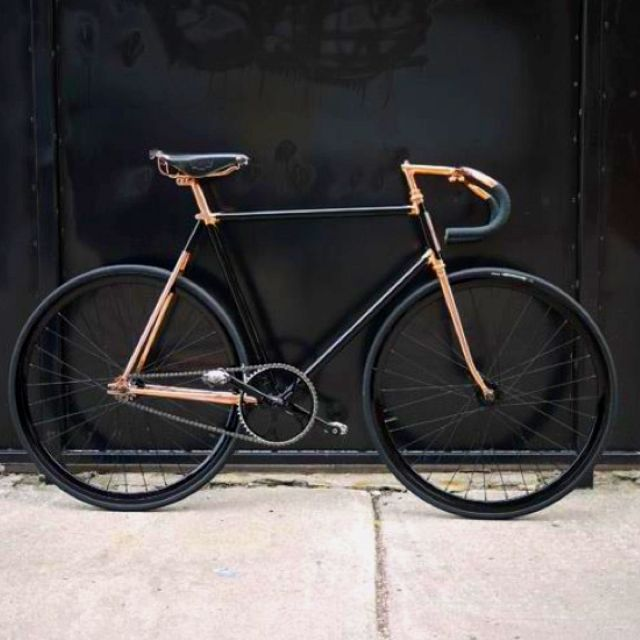 Black and copper fixie. This is my kind of bike. I would kill to have this.
