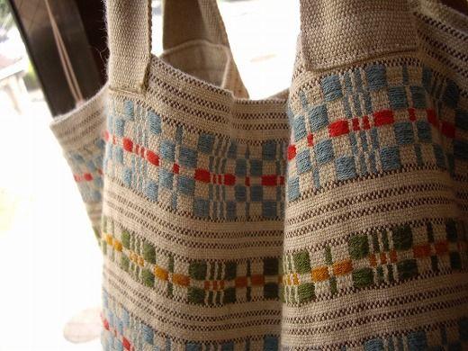 Iさんが持っていらしたバッグは、以前に織ったムンカベルテ生地で作ったモノ  この時は緯糸経糸ともに、綿麻混紡の太めの糸を使っていたので、 カジュアル...