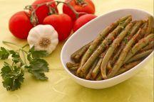 I fagiolini alla pugliese è un tipico e saporito contorno della Puglia, e vengono preparati lessandoli in acqua salata, per poi saltarli in padella assieme ad un condimento di pomodori pelati insaporiti con olio extravergine di oliva, aglio, peperoncino e prezzemolo.