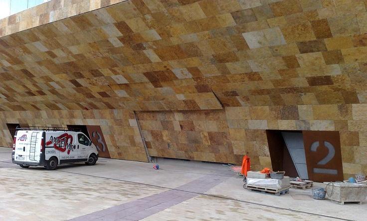 La #Llotja de #Lleida es el palacio de congresos-teatro municipal de la ciudad de Lleida. El edificio ocupa la explanada donde se celebraba el antiguo mercado de frutas y verduras. Las obras del palacio se iniciaron en la primavera de 2007, obras en las que participó #AngelMir suministrando las #puertas del edificio. La inauguración oficial de La Llotja fue en enero de 2010 #lallotja #door #Spain