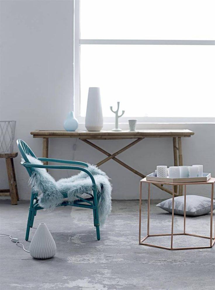 Bloomingville tafel koper  Deze salontafel is een echt pronkstuk. Koper zie je overal in het interieur terugkomen. Deze tafel heeft een mooie zeshoekige vorm.  materiaal: metaal (koper plated) kleur: koper afmeting:h45x w 52 x l 60 cm.