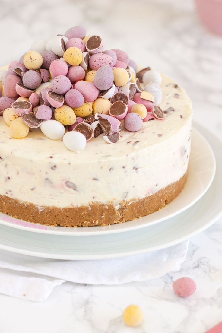 THE Easter dessert! *WITH VIDEO GUIDE* This No Bake Mini Egg Cheesecake is light and easy peasy, packed with Easter chocolate treats. A crumbly biscuit base, topped with whipped cream and cream cheese, absolutely delicious dessert and easy enough for even the beginner. http://www.tamingtwins.com