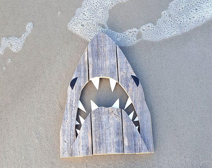 Requin upcycled, fait de bois recyclé. Art en plein air mâchoires, Great White,