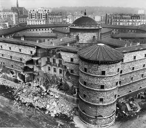 La prison de la Petite-Roquette, élevée de 1825 à 1836. (Démolie en 1974)