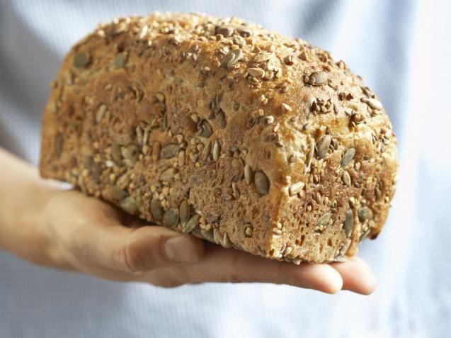 KK.NO: Vi nordmenn er utvilsomt glad i brød. Brød til frokost, brød i matpakka og brød til kvelds. Og jo mer brød du spiser, jo viktigere er det at du velger et som har masse god næring. Dette betyr mindre hvetemel, mindre salt og mindre sukker, og mer grovt mel. Dessverre er dette litt vanskelig å kontrollere dersom du kun spiser kjøpebrød fra butikk. Disse er ofte tilsatt en rekke ingredienser som du selv ikke ville ha brukt, dersom du hadde bakt selv.