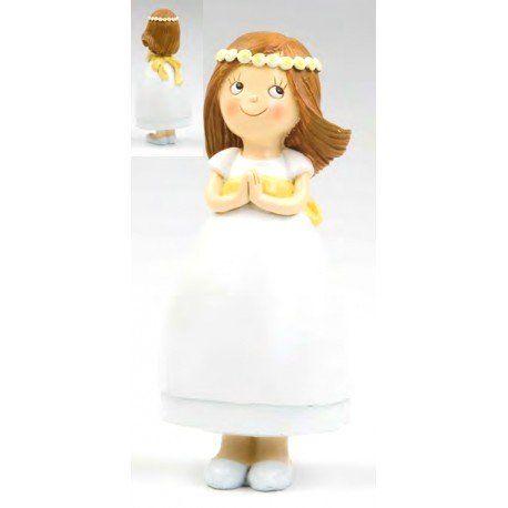 Detalles Comunión: original figura realizada en resina para decorar la tarta de Comunión. Presenta una bonita niña vestida de blanco con un fino fajín amarillo y una llamativa corona de flores que decora su pelo en movimiento. #figuratartacomunion #figura #tarta #comunion #munecospastelcomunion