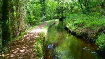 Promenade au bord du canal à Huelgoat, qui mène à l'ancienne mine argentifère...