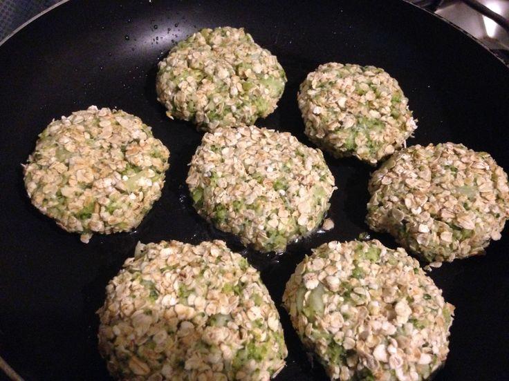 Dorar las croquetas de brócoli con un poquito de aceite en el sartén