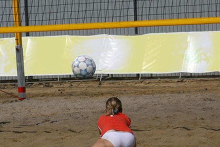 Reglas básicas del voleibol de arena . La primer cosa que cualquier persona debe entender, antes de entrar a la arena, es que las reglas del voleibol de arena son muy diferentes al voleibol de interior. Los errores comunes para los principiantes tienen que ver con la colocación de la pelota, la ...