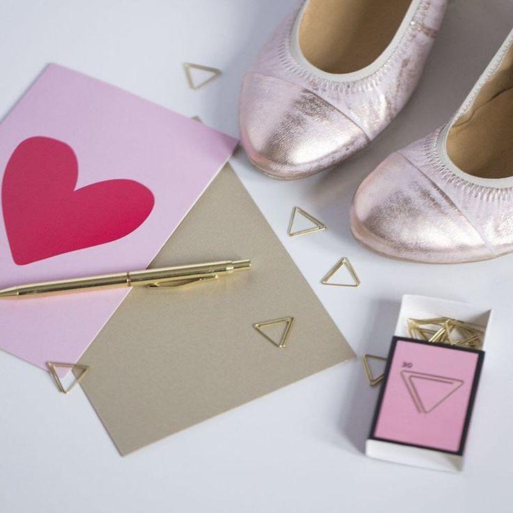 Walentynki to świetna okazja do napisania miłej wiadomości ukochanemu lub przyjaciółce. 💕 Długopisy w dłoń! 🖋 #lankars #shoes #shoestagram #love #pink #metalic #shiny #heart #valentines #gift #letter #style #fashion #instagood #fashioninsta #instashoes #ballerinas #loveshoes #beautiful