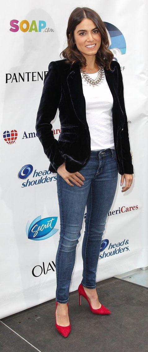 Nikki Reed, zapatos rojos, jeans, basica blanca y chaqueta aterciopelada azul marino