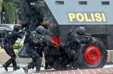 7日、インドネシア北スマトラ州のメダンで、大統領選に向けて警備訓練を行う対テロ警察部隊(EPA=時事) ▼8Jul2014時事通信|支援者同士の衝突警戒=接戦の大統領選、9日投票-インドネシア http://www.jiji.com/jc/zc?k=201407/2014070800510