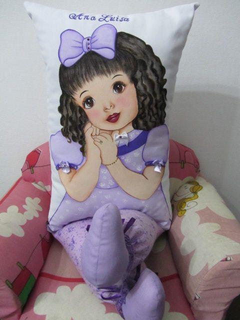boneca almofada com perninha e pintura em tecido