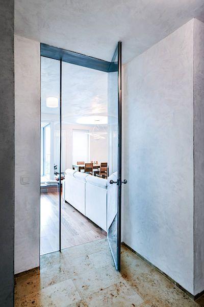 Prosklené dveře prostor příjemně odlehčily.