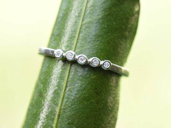 Delizioso anello nuziale con una fila di diamanti senza conflitti cinque, tutti lunetta impostata e artiglio gratis. LEGA: Palladium bianco oro 9 carati DIAMANTI: 5 un punto diamanti (1,3 mm) IMPOSTAZIONE di stile: lunetta, artiglio gratis : Banda 1,5 mm quadrati con angoli arrotondati
