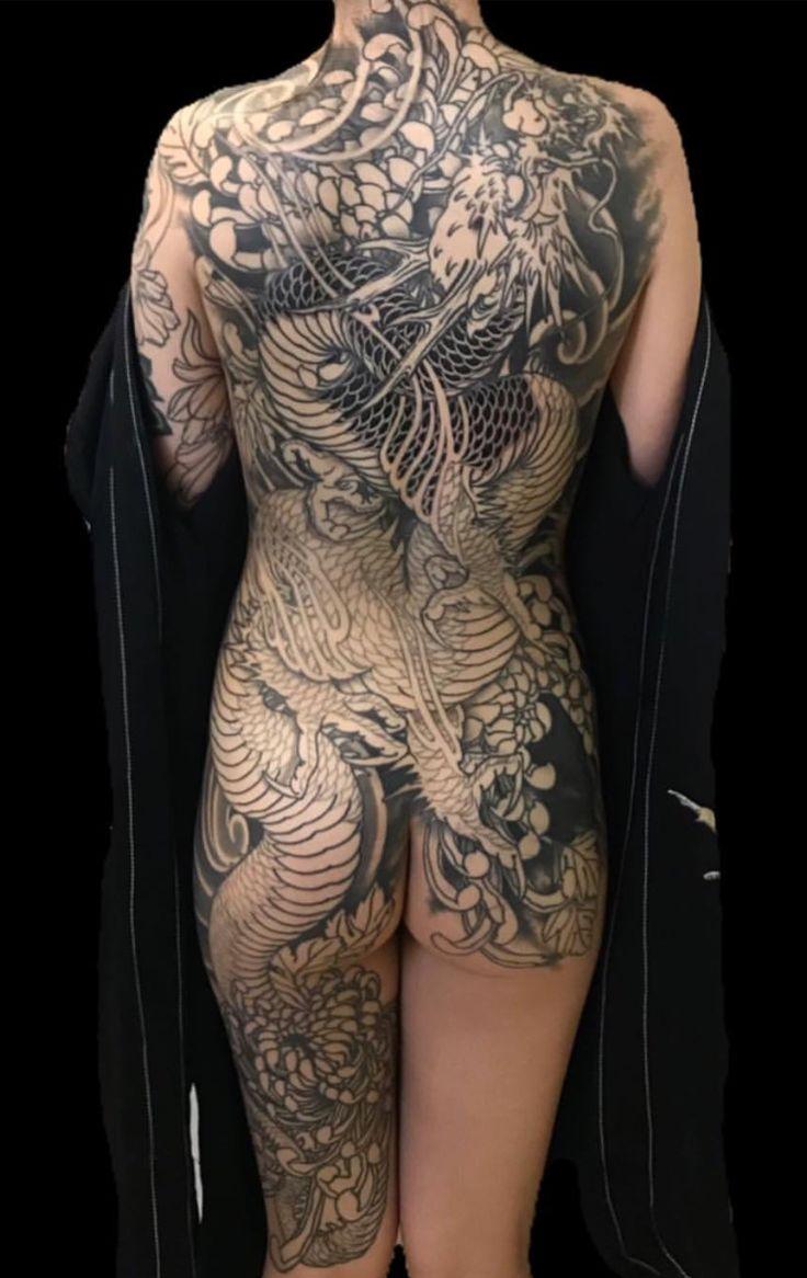 Tatuaje japonés en negro de dragón en cuerpo entero de mujer