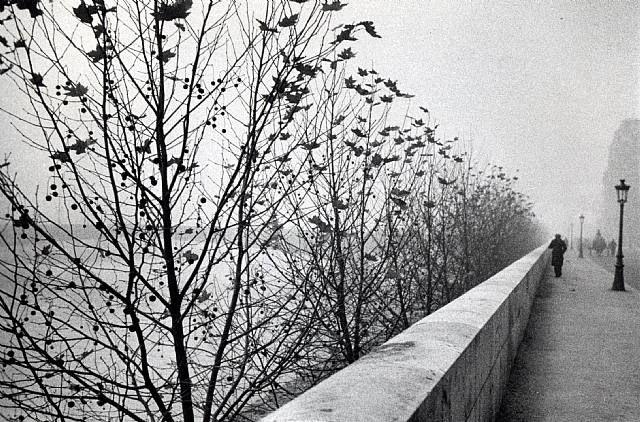André Kertész, fotógrafo húngaro (1894-1985): The Quais at Early Morning, Paris