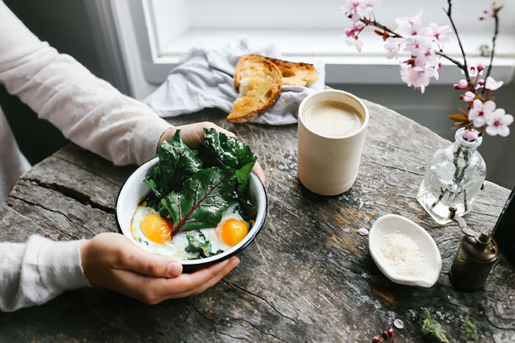 Для солнечногопрохладного воскресного утрау нас для вас абсолютно особенный фермерский завтрак, при этом очень простой в приготовлении и отнимет у васкаких-то 20 минут. Вся его прелесть в свежих ингредиентах, за которыми придется идти на рынок (как только сможете вылезти из кровати), так что это получится скорее бранч, который можно дополнить чашечкойкофе, или уже обед, к …