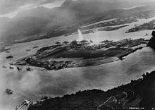 Aanval op Pearl Harbour De aanval op Pearl Harbor was een verrassingsaanval door de Japanse Keizerlijke Marine op de Amerikaanse marinebasis Pearl Harbor in Hawaï, op zondagochtend 7 december 1941. De aanval was bedoeld om het grootste deel van de vloot van de Verenigde Staten te vernietigen, zodat Japan vrij spel zou hebben in de Pacifische Oceaan. De aanval kwam als een grote schok voor het Amerikaanse volk en leidde rechtstreeks tot de Amerikaanse betrokkenheid in de Tweede Wereldoorlog.