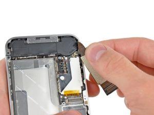 Stap 8. Gebruik niet te veel kracht om de de dock connector lintkabel los te trekken van het logic board. Hierdoor kan de kabel scheuren.
