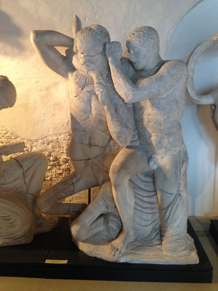 Kentaur kvæles af en lapith.  Zeustemplet i Olympia.  Græsk, klassisk 470-456 fvt.  Olympia, Museet