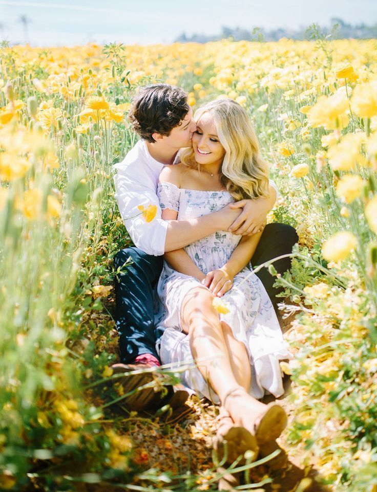 This Couple Captured Their Engagement Photos in a Flower Field of Ranunculus! – … – Parchen Fotos