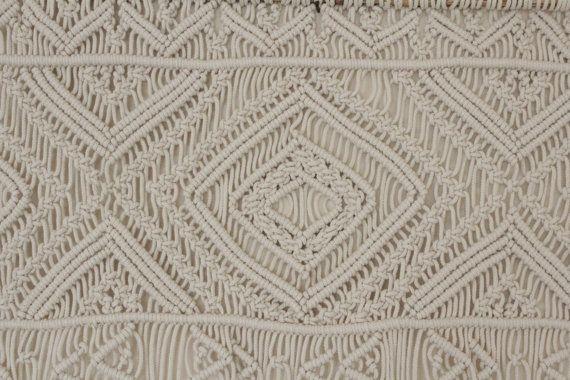 Cette magnifique macrame moderne mural qui a été inspiré par le modèle antique de la broderie traditionnelle ukrainienne. Il ya des siècles cette conception géométrique de lart pariétal de macramé était un symbole populaire que lon pouvait trouver sur les vieux-temps brodé chemisiers.  J'imagine que ce décor en macramé sur la droite du mur sur le dessus de votre lit, apportant une touche bohème à votre chambre à coucher. Mais il n'est pas seulement cela. Cette tenture en macramé, aussi bien…