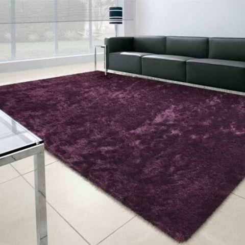 Cubra os pisos frios com tapetes felpudos, trazendo conforto térmico para os pés. O Shaggy Galant (200cm x 300cm), da Tapetes São Carlos, está disponível em várias cores e custa R$ 1.349,99 na Mobly.