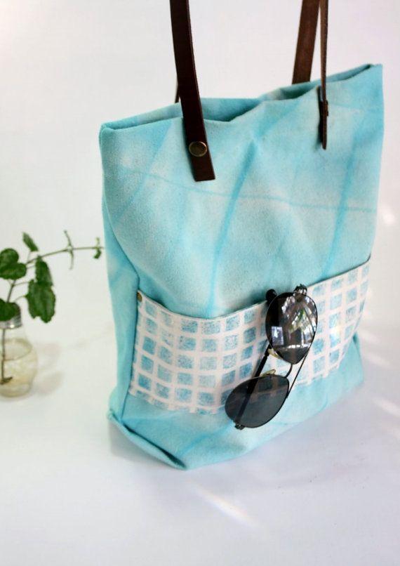 Bolso de tela Shibori turquesa - Bolso de playa o ciudad teñido artesanalmente en color turquesa con manijas de cuero