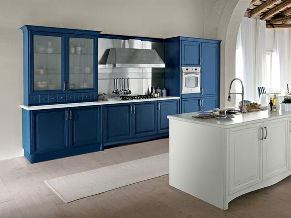 Cucina a parete color blu con isola bianca